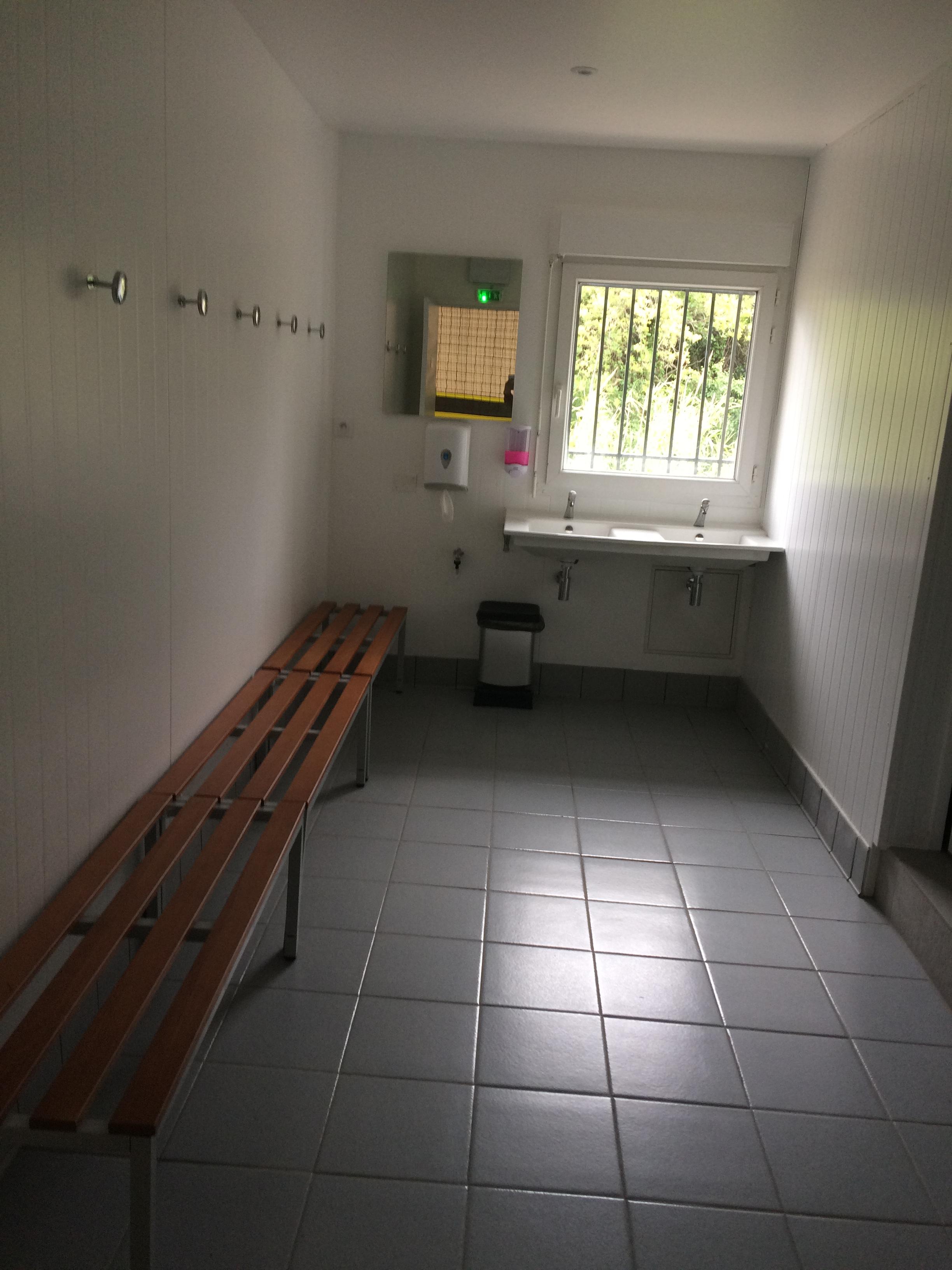 vestiaire collectif avec douche individuelle